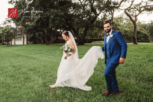 newlywed couple walking across the lawn at the Tampa Garden Club